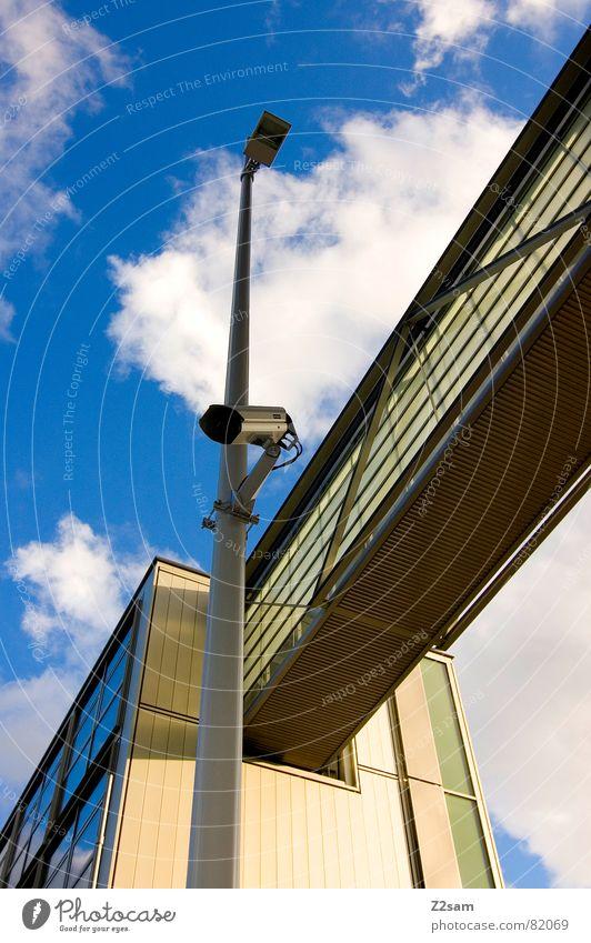überwachung I Himmel blau Haus Wolken Stil Fenster Wege & Pfade Gebäude Brücke modern Fotokamera Laterne Verbindung Videokamera Geometrie