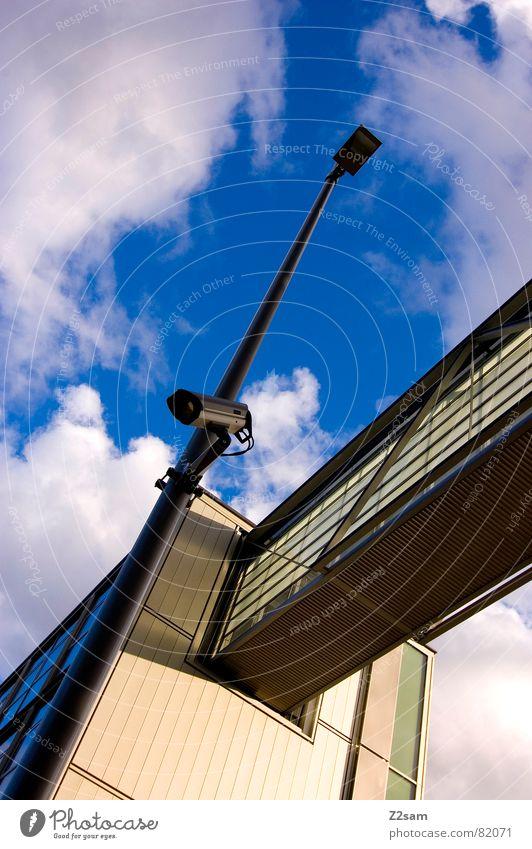 überwachung II Himmel blau Haus Wolken Stil Fenster Wege & Pfade Gebäude verrückt Perspektive Brücke modern Fotokamera Laterne Verbindung Strahlung