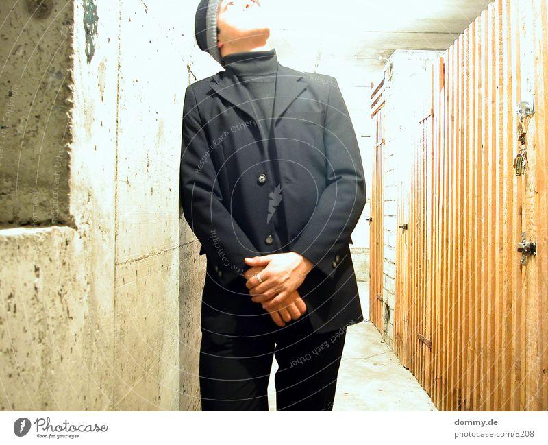gehe ins Licht Mann dunkel Anzug Keller Überbelichtung