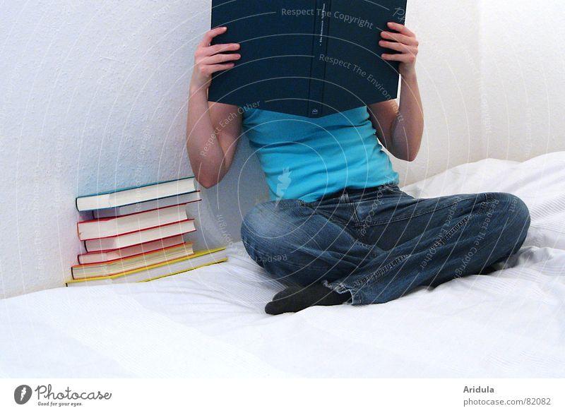 buchkopf No.2 begutachten Frau lesen lernen Buch Sichtschutz Hand Finger festhalten Wand Bett türkis T-Shirt Blick Schneidersitz Bettlaken Jeansstoff abweisend