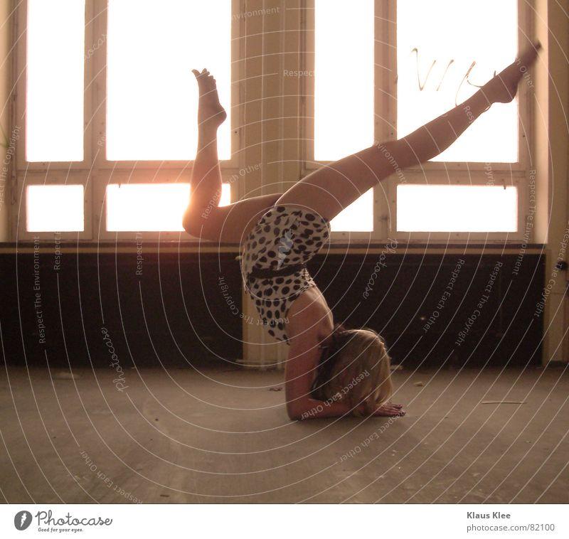 to touch Fenster groß klein leer Geschwindigkeit beweglich Akrobatik Kopfstand drehen Frau schön braun dunkel Licht stark gelb Sommer Physik heiß direkt Kleid