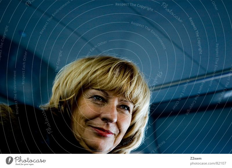 travel desire Frau Mensch blau Ferien & Urlaub & Reisen feminin Denken Raum blond Eisenbahn Dach Fell Dynamik verloren Fernweh Kapuze
