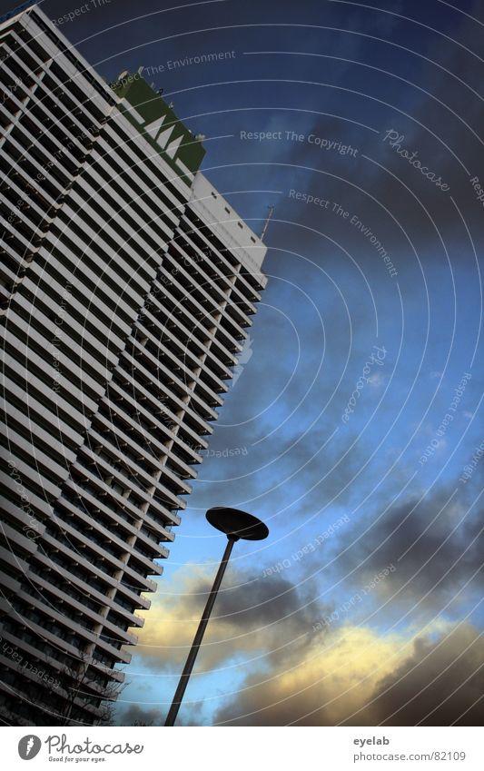 Je höher desto Ausblick platzsparend Fenster Haus Gebäude Hochhaus Etage Niveau grau Balkon Hotel Ferien & Urlaub & Reisen Küste Beton Wolken Lampe Laterne