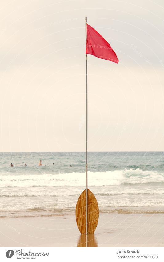Rote Fahne Wassersport skimboard Sand Himmel Sommer Wellen Küste Strand Meer stehen Fahnenmast rot Surfen Schwimmen & Baden Verbote Farbfoto Außenaufnahme Tag