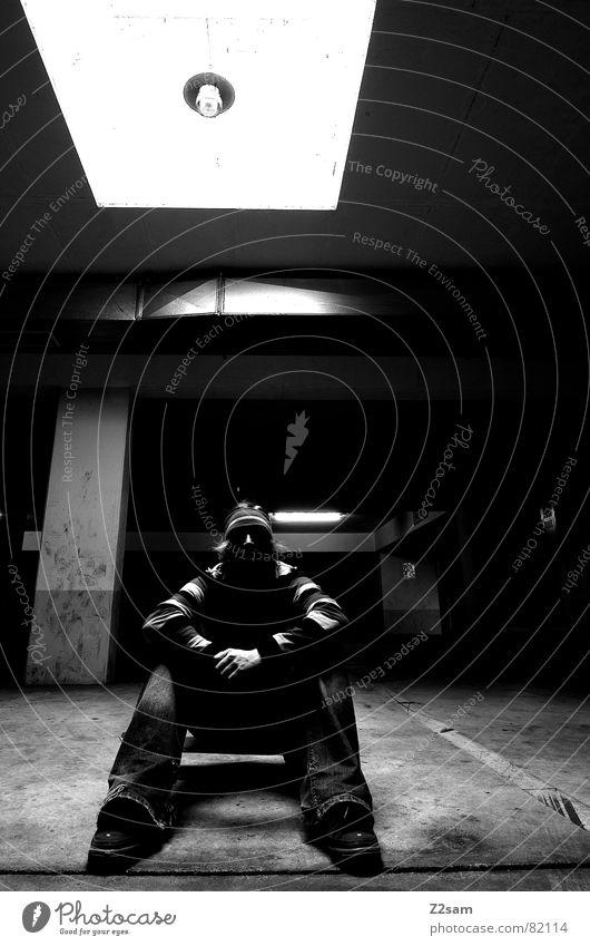 ziellos III Mensch Mann Einsamkeit schwarz Stil Beleuchtung Arme sitzen Coolness Streifen Suche Skateboarding Quadrat Freak Parkplatz lässig