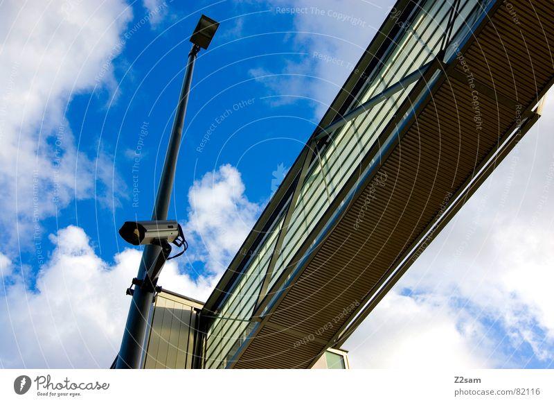 überwachung III Himmel blau Haus Wolken Stil Fenster Wege & Pfade Gebäude Brücke modern Fotokamera Laterne Verbindung Videokamera Geometrie