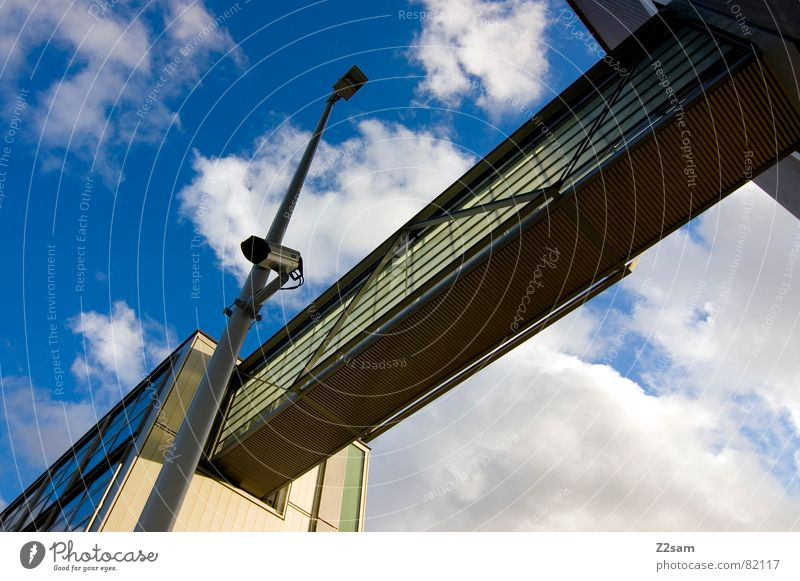 überwachung IV Himmel blau Haus Wolken Stil Fenster Wege & Pfade Gebäude Perspektive Brücke modern Fotokamera Laterne Verbindung Videokamera Geometrie