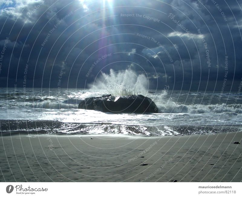 Bunker in der Brandung Wasser Sonne Meer blau Strand schwarz Wolken dunkel Herbst Sand Regen Horizont Europa Unwetter Brandung Flut