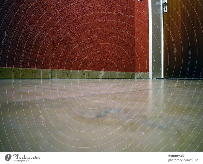 Flur rot Wand Langzeitbelichtung Tür
