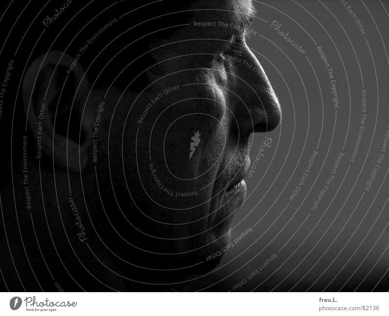im Profil Wange Silhouette Licht Konzentration maskulin 50 plus Senior Porträt Mann Mensch 50+ prägnant hakennase Schatten Nase Müdigkeit typisch junger alter
