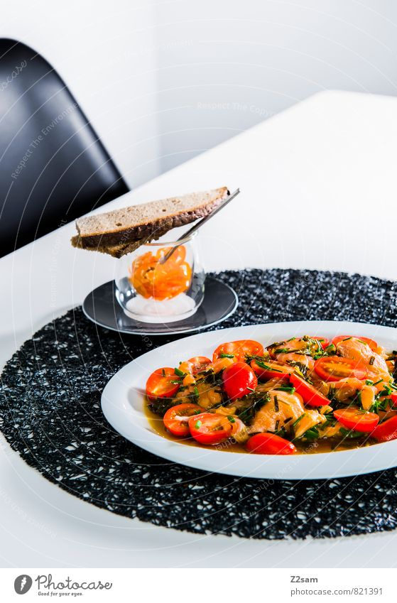 Lachs Bescheidenheit Lebensmittel Brot Tomate Tomatensalat Kräuter & Gewürze Chili Asiatische Küche Teller ästhetisch einfach elegant exotisch frisch Gesundheit