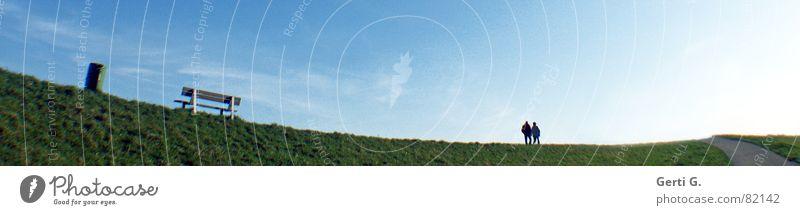 WohinduWillst Zusammensein Rheindamm 2 gehen Müllbehälter himmelblau Gras Deich Wiese Liebespaar Format grün wandern Spaziergang Weitwinkel Panorama (Aussicht)