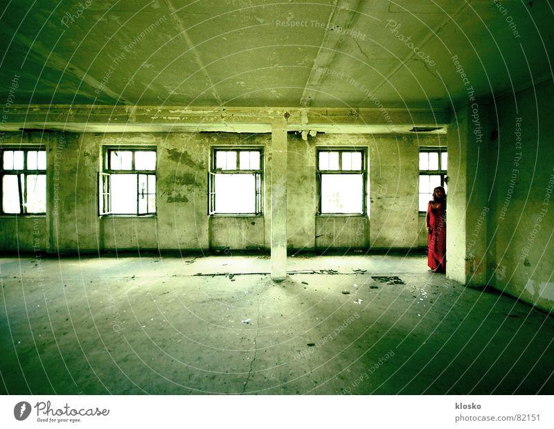 Rotes Kleid Frau Ruine alt Gebäude rot Haus Fenster kaputt Wand verfaulen Vergänglichkeit schön Raum Säule zerstörrt Lagerhalle