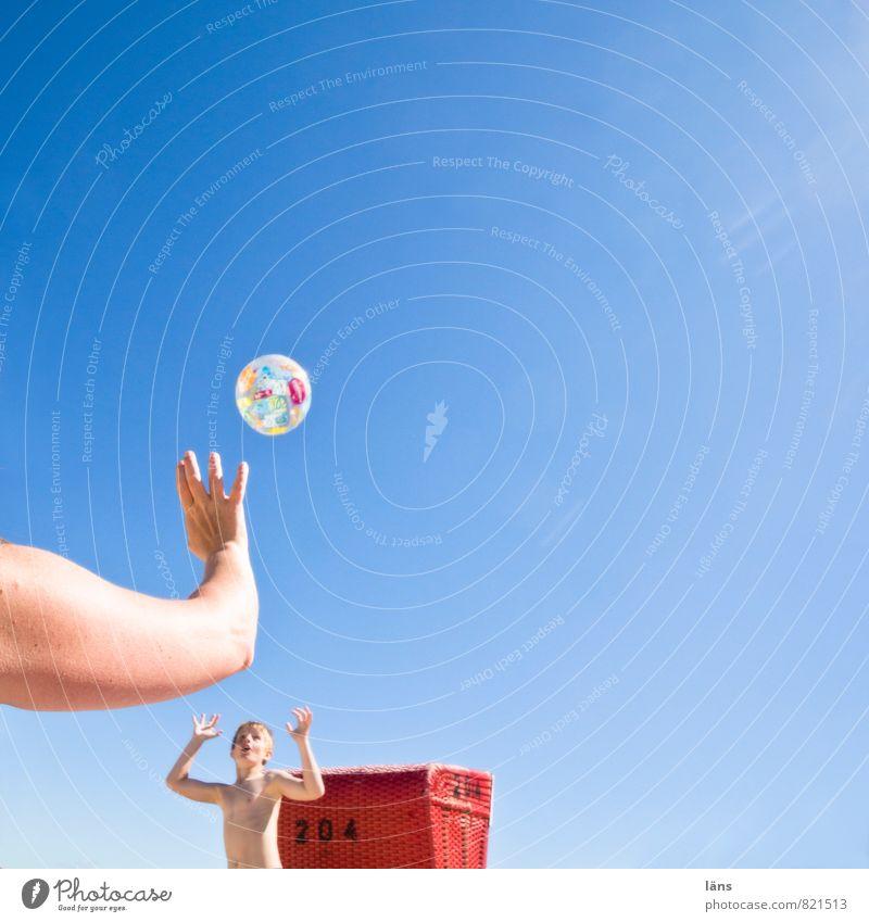 Zusammenspiel Strand Junge Spielen Lebensfreude Ball werfen