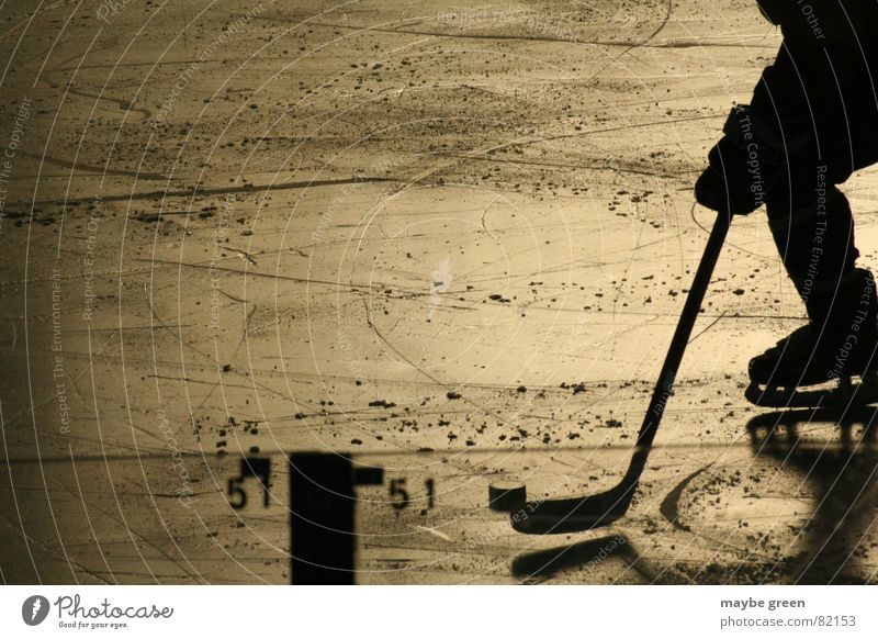 alleingang Mann Einsamkeit kalt Schnee Sport Spielen Beine Stimmung Eis gold Freizeit & Hobby laufen Hockey fahren Kontrolle Glätte