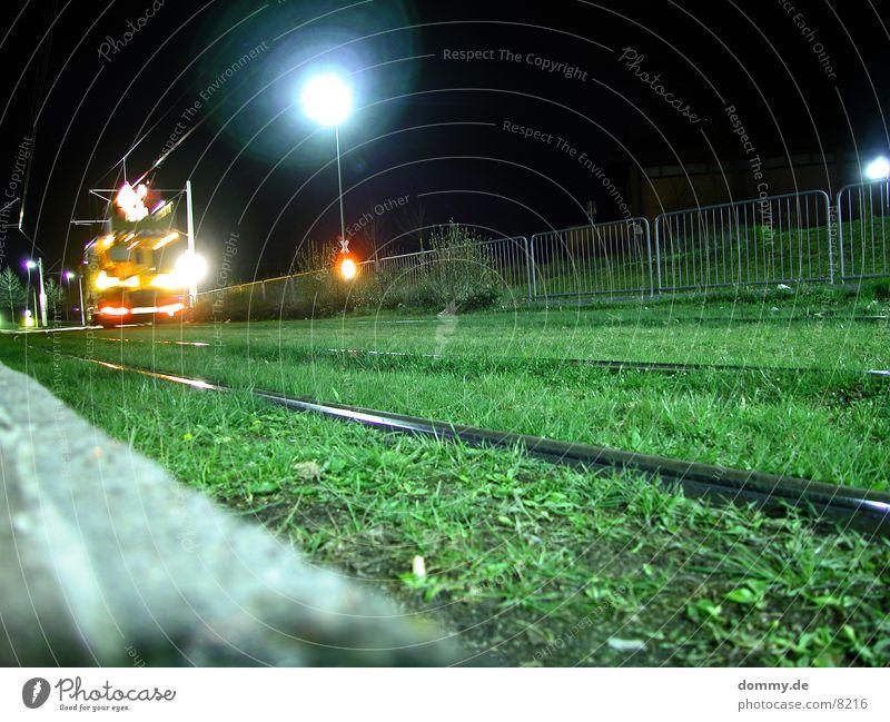 Wartungsarbeiten Wagen Gleise Gras Licht Nacht dunkel Straßenbahn Langzeitbelichtung wartungsarbeiten straba