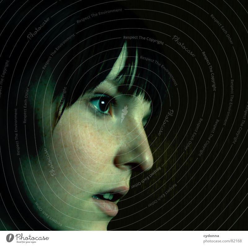 Nachtwanderung Porträt Frau Gesicht Aussehen Lippen Haarschnitt Auslöser Selbstportrait Gefühle Blick Schulter dunkel Mensch Angst Panik face Haut Charakter