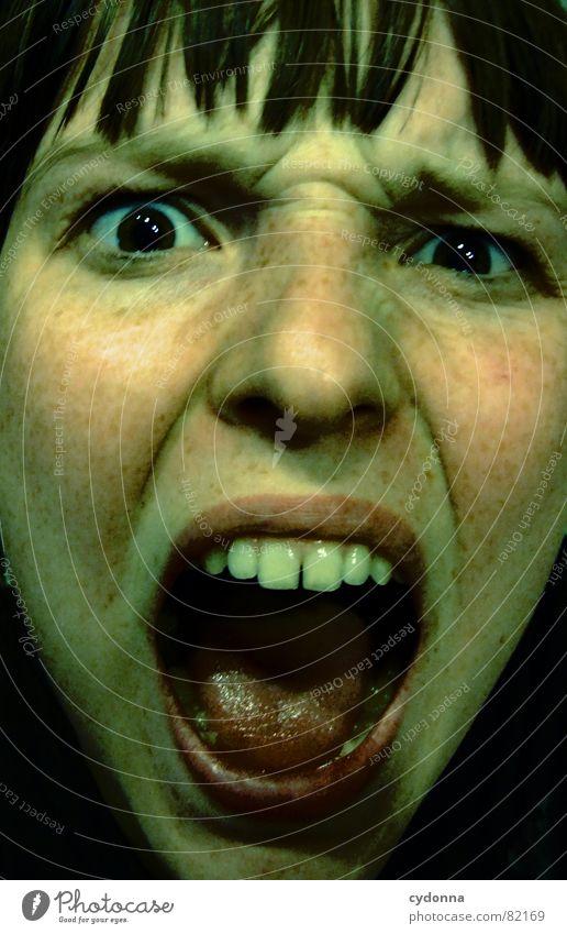 Schrei in der Nacht Porträt Frau Gesicht Aussehen Lippen Haarschnitt Auslöser Selbstportrait Gefühle Blick Schulter dunkel Panik schreien Angst gefährlich