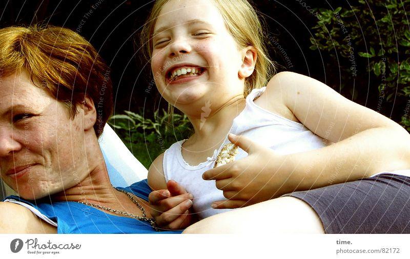 Kleingartenköniginnen Mensch Frau blau Sommer Mädchen Freude Erwachsene Leben Gefühle feminin Glück lachen Garten Freundschaft Zusammensein Idylle