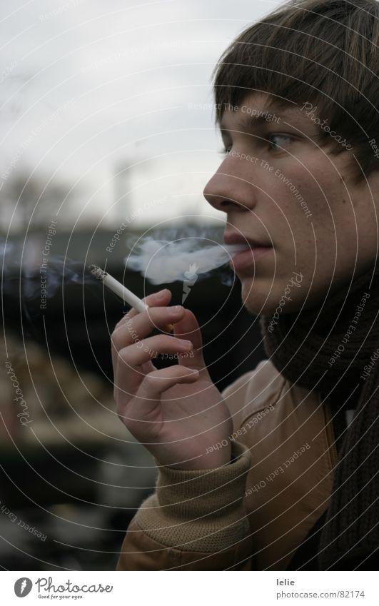cigarette. Mensch Mann Hand Gesicht kalt Herbst Haare & Frisuren grau braun Nase Körperhaltung Rauchen Rauch Jacke Zigarette Bahnhof