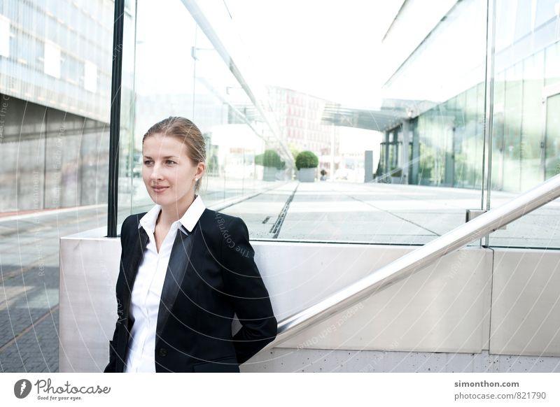 Business Woman Freude Erwachsene Architektur feminin Stil Lifestyle Freiheit Business Fassade elegant Erfolg Studium Industrie Baustelle Güterverkehr & Logistik Student