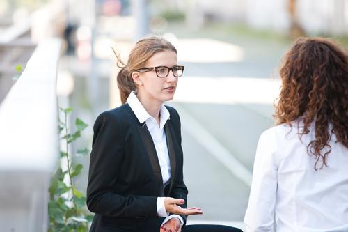 Diskussion Mensch Jugendliche 18-30 Jahre Erwachsene feminin sprechen Business Erfolg Perspektive Pause Baustelle planen Team Vertrauen Erwachsenenbildung