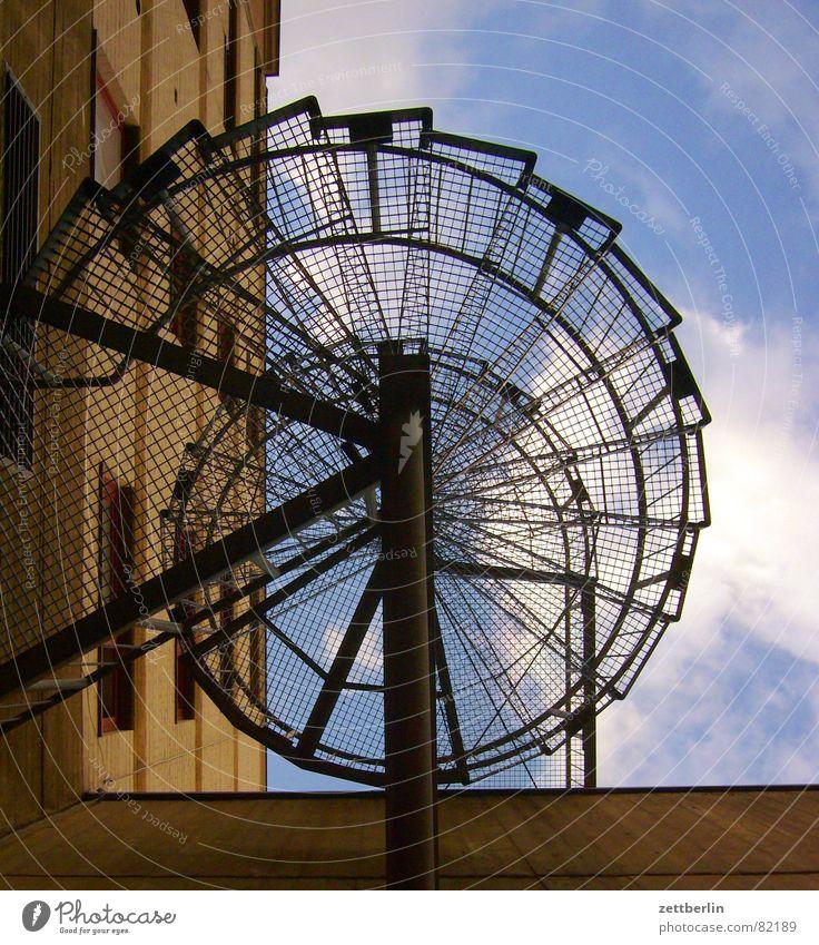 Wendeltreppe Metalltreppe Harrier Lebenslauf Spirale Karriere vertikal steil Froschperspektive Wolken Haus Wand Fenster Mauer aufsteigen Detailaufnahme