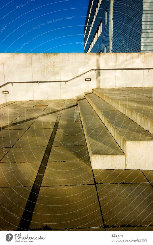 rechtsdrang Himmel blau Haus Fenster Mauer Gebäude Linie Treppe modern Fliesen u. Kacheln Richtung Geländer Geometrie graphisch