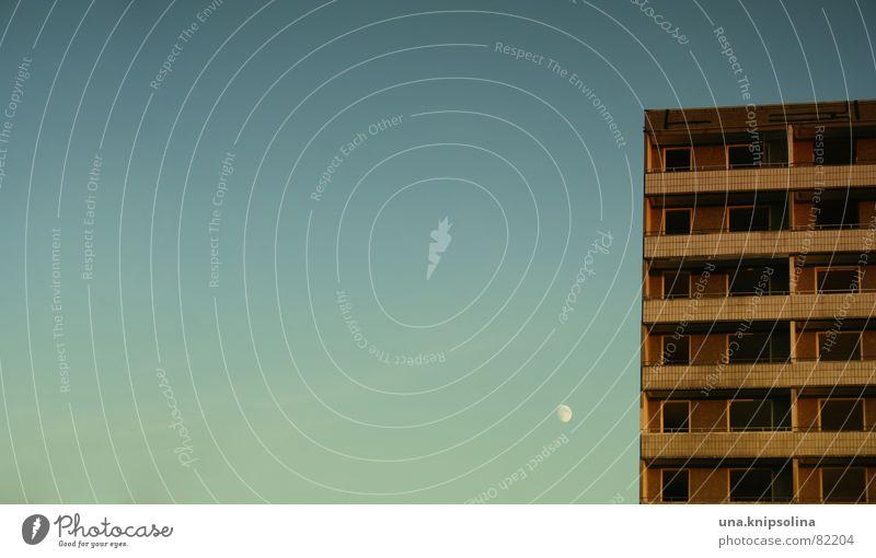habitation Himmel Mond Zerstörung Cottbus Plattenbau Leerstand Demontage Satellit Bodenplatten Halbmond Deutschland Ostzone DDR Mark Sichelmond