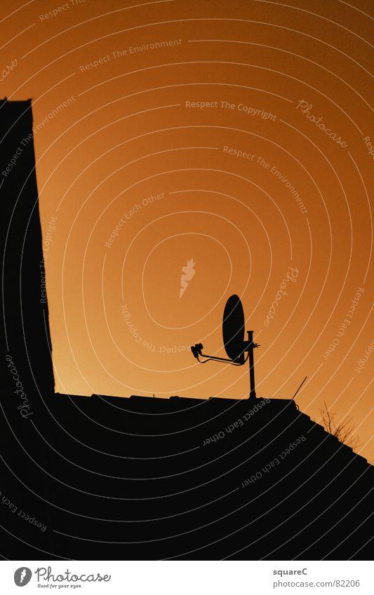 Elektromagnetische-Wellen-Bündelung und Umwandlung Satellitenantenne Dach Fernsehen Medien senden Information Außenaufnahme Sender Fernsehsender