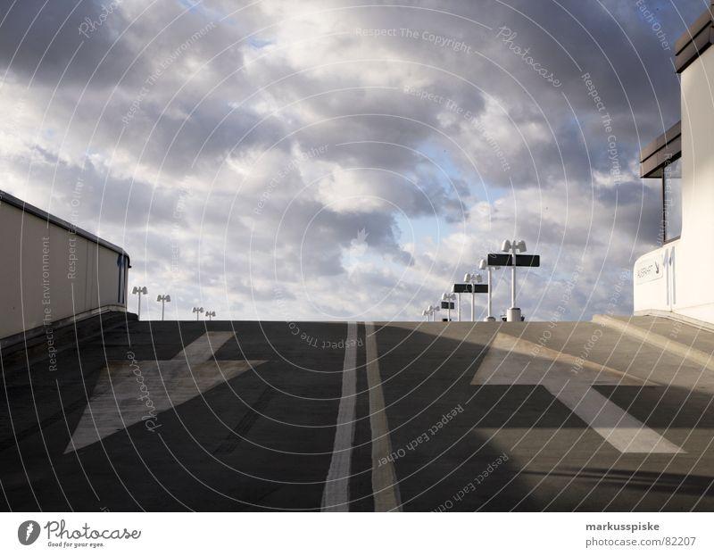 rauf oder runter ? Himmel Wolken Straße grau 2 Beton frei Pfeil Flughafen Etage Schönes Wetter parken Parkhaus besetzen Leitsystem