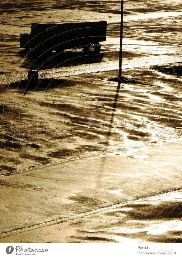 nach dem Regen Lastwagen Laternenpfahl Platz Sonnenlicht nass Gegenlicht parken Verteiler Verkehrswege Himmelskörper & Weltall LKW-Anhänger