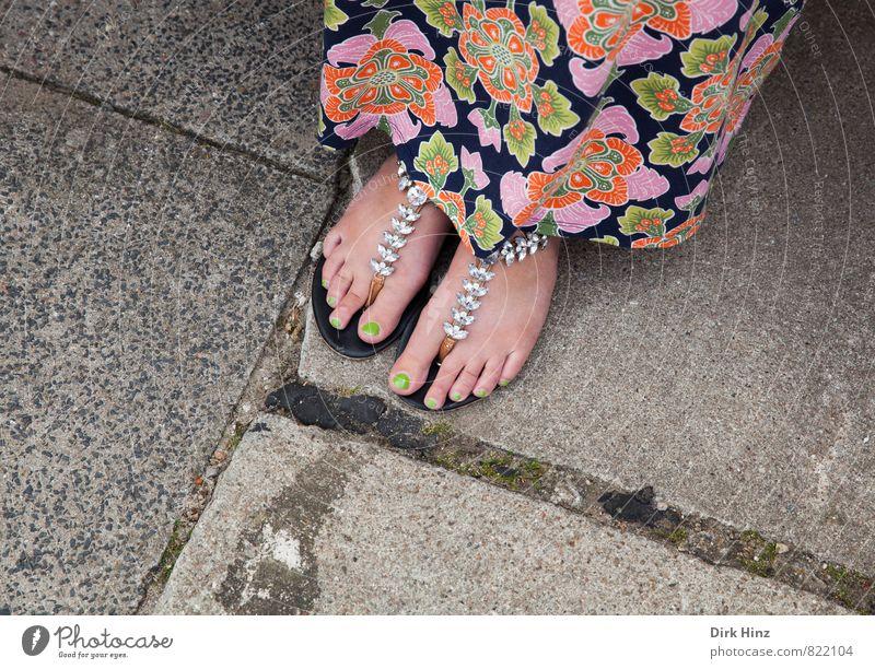 Ich hab' die Füße schön! Stil Sommer feminin Junge Frau Jugendliche Erwachsene Fuß 1 Mensch 18-30 Jahre 30-45 Jahre Rock Stoff Schmuck Flipflops stehen