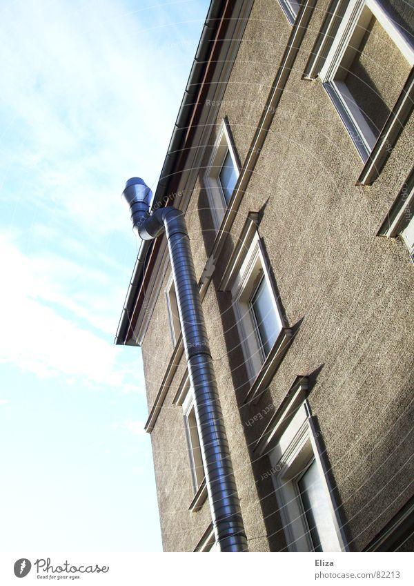 Wo führt sie hin? Himmel blau Haus Wolken Leben Wand Fenster Freiheit grau Gebäude braun Metall glänzend Glas Fassade Häusliches Leben