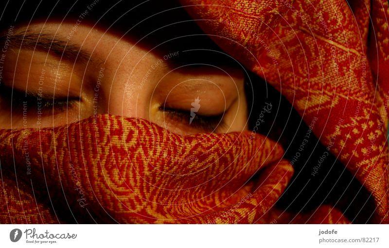 j'espère... Frau rot schwarz Gesicht Auge gelb feminin dunkel hell geschlossen Haut Nase schlafen Hoffnung Wunsch Falte