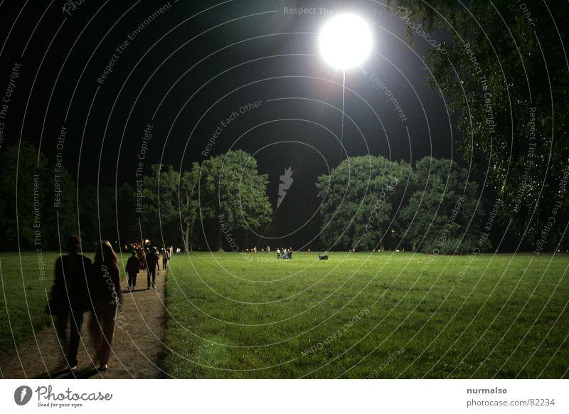 Der Mond ist aufgegangen ruhig Paar Park Beleuchtung paarweise Spaziergang Veranstaltung Ballone Mond Potsdam Sichelmond Nachtwanderung