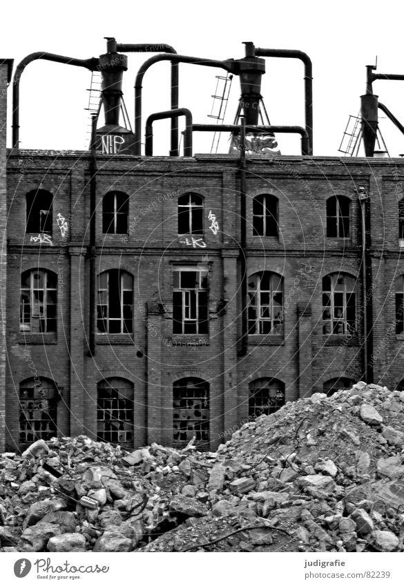 Industrieromantik IV notleidend Ruine Schrott Müll Gebäude Fassade Backstein Fenster Verfall Hannover Fabrik Gummi dunkel Macht historisch elend Schicksal Krieg