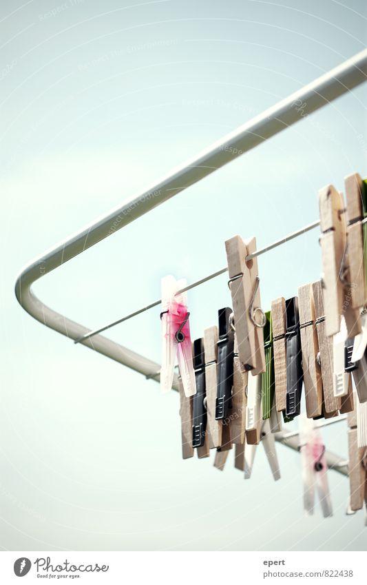 Klammer auf a + b Klammer zu Wäscheklammern Wäscheständer Wäscheleine trocknen hängen Sauberkeit Ordnungsliebe Reinlichkeit Perspektive Farbfoto Außenaufnahme