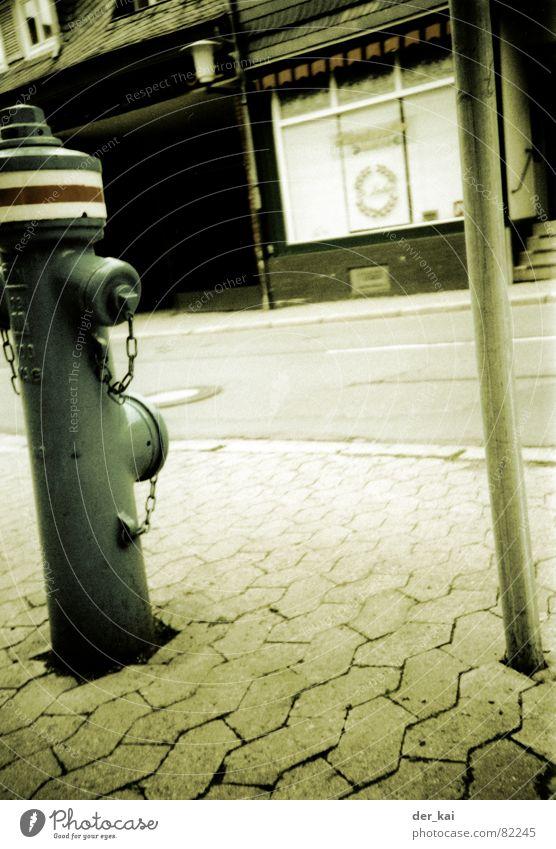 Geisterstadt Hydrant Schaufenster Stadt 1999 Lomografie Verkehrswege hüdrant Straße Sepia Kopfsteinpflaster