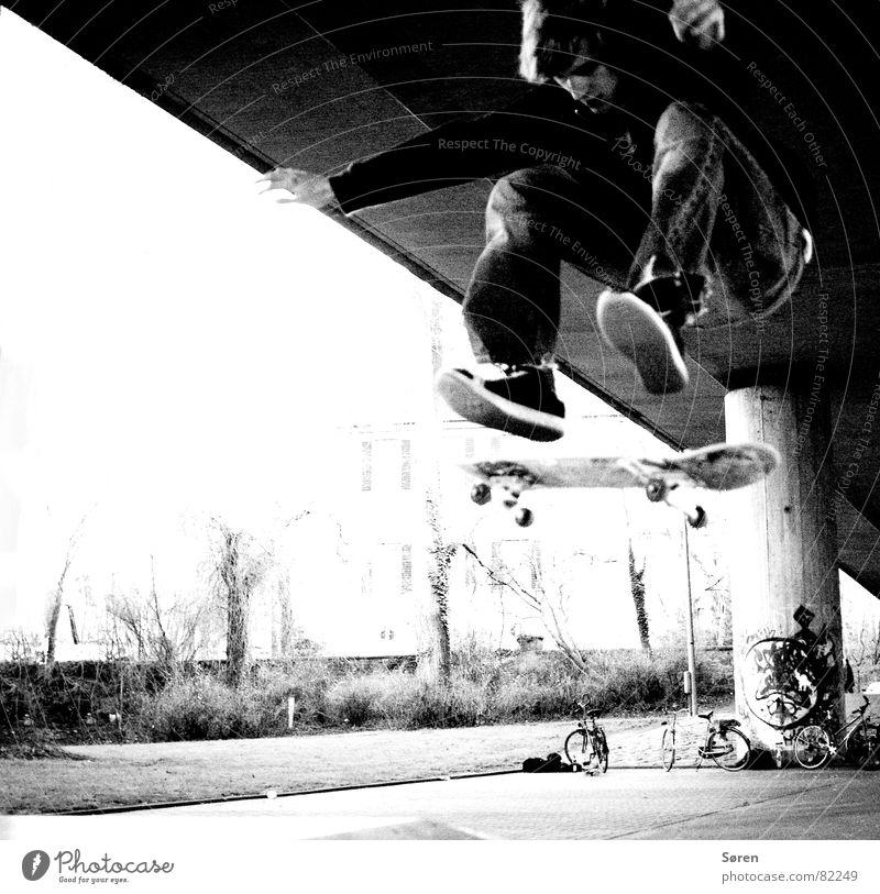 Skater stars #2 Skateboarding Kickflip Heelflip Salto Trick Stunt springen Schuhe hüpfen Freizeit & Hobby Jugendliche Hardcore Halfpipe Schwarzweißfoto shoes