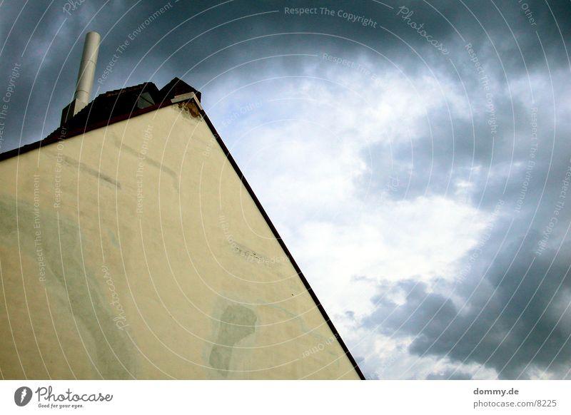bedrohliches Wetter Gebäude Wolken gefährlich Gewitter