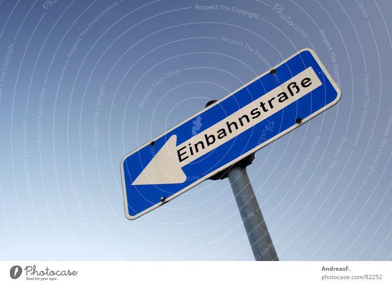 Irrweg Himmel blau Schilder & Markierungen Verkehr fahren KFZ Pfeil Landkarte Richtung Autofahren zurück links Fußgänger Blauer Himmel Straßenkreuzung