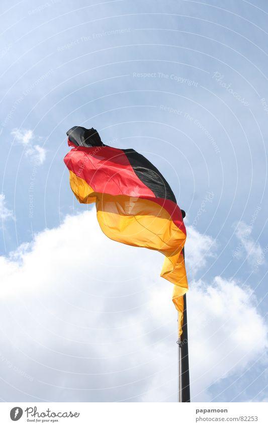 National symbol Farbfoto Außenaufnahme Detailaufnahme Tag Luft Himmel Wind Deutscher Bundestag Verkehrswege Streifen Fahne Originalität wild gold rot schwarz