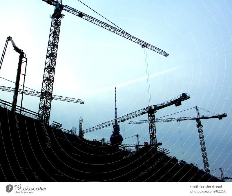 krangewusel Männerarbeit Kran Himmel Baustelle Stahl Beton schwarz dunkel Arbeit & Erwerbstätigkeit Kranfahrer Berlin Baustahl errichten Handwerk Wahrzeichen