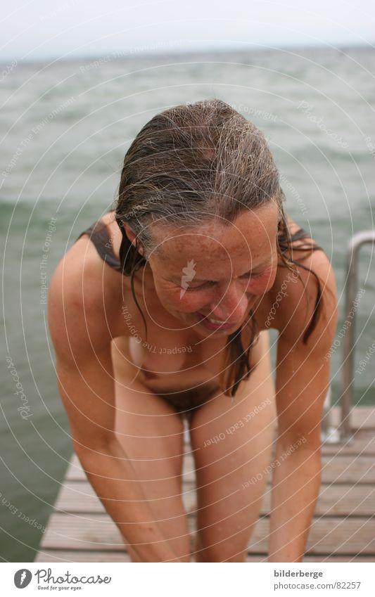 aus dem Wasser auf den Steg - 4 Frau schön Himmel Meer grün blau Freude Erotik feminin Haare & Frisuren Wege & Pfade See Mund Küste Haut