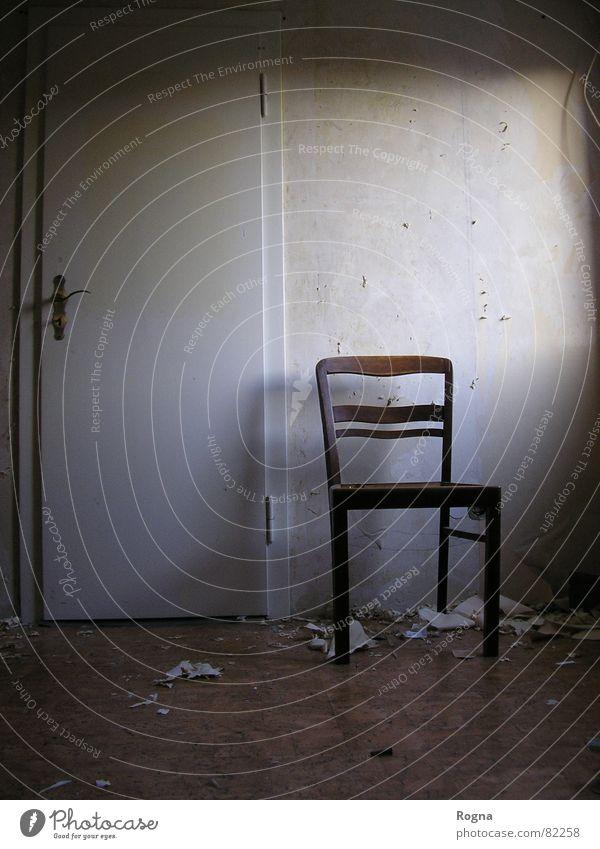 Renovieren Beton leer Sanieren gehen Reparatur umsiedeln den Wohnort wechseln Umzug (Wohnungswechsel) Tür door Stuhl chair