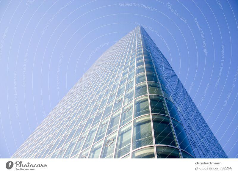 skyscraper Himmel blau Glas Fassade Hochhaus modern neu München Fensterscheibe
