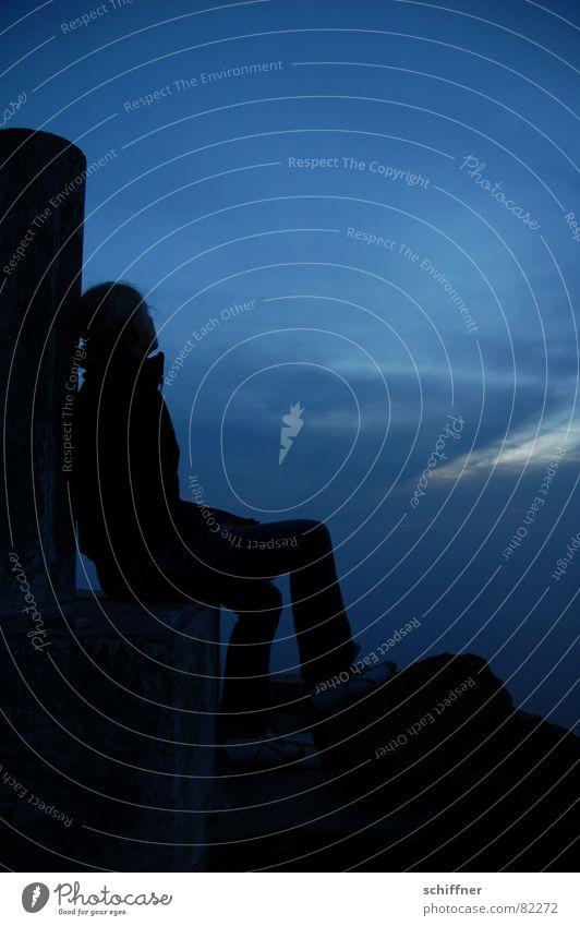 Gedankenflug Frau Himmel blau Wolken Einsamkeit Ferne Erholung dunkel Denken Traurigkeit groß Pause Trauer Aussicht Verzweiflung Abenddämmerung
