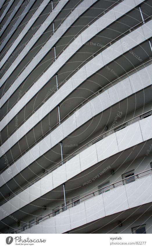 Wohnkurve platzsparend Siebziger Jahre Fenster Haus Gebäude Hochhaus Etage Niveau grau Balkon Küste Beton Strand Luft obskur Kurve curve living Häusliches Leben