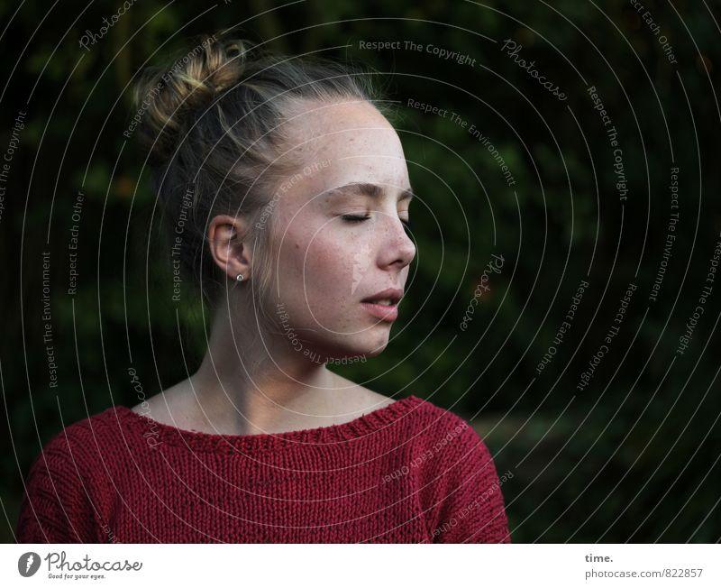 . Mensch Jugendliche schön Junge Frau Erholung ruhig Leben Gefühle feminin Haare & Frisuren Garten Stimmung Park träumen Zufriedenheit blond